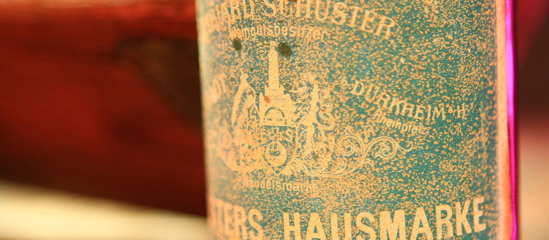 Detail einer historischen Weinflasche im Weingut am Nil