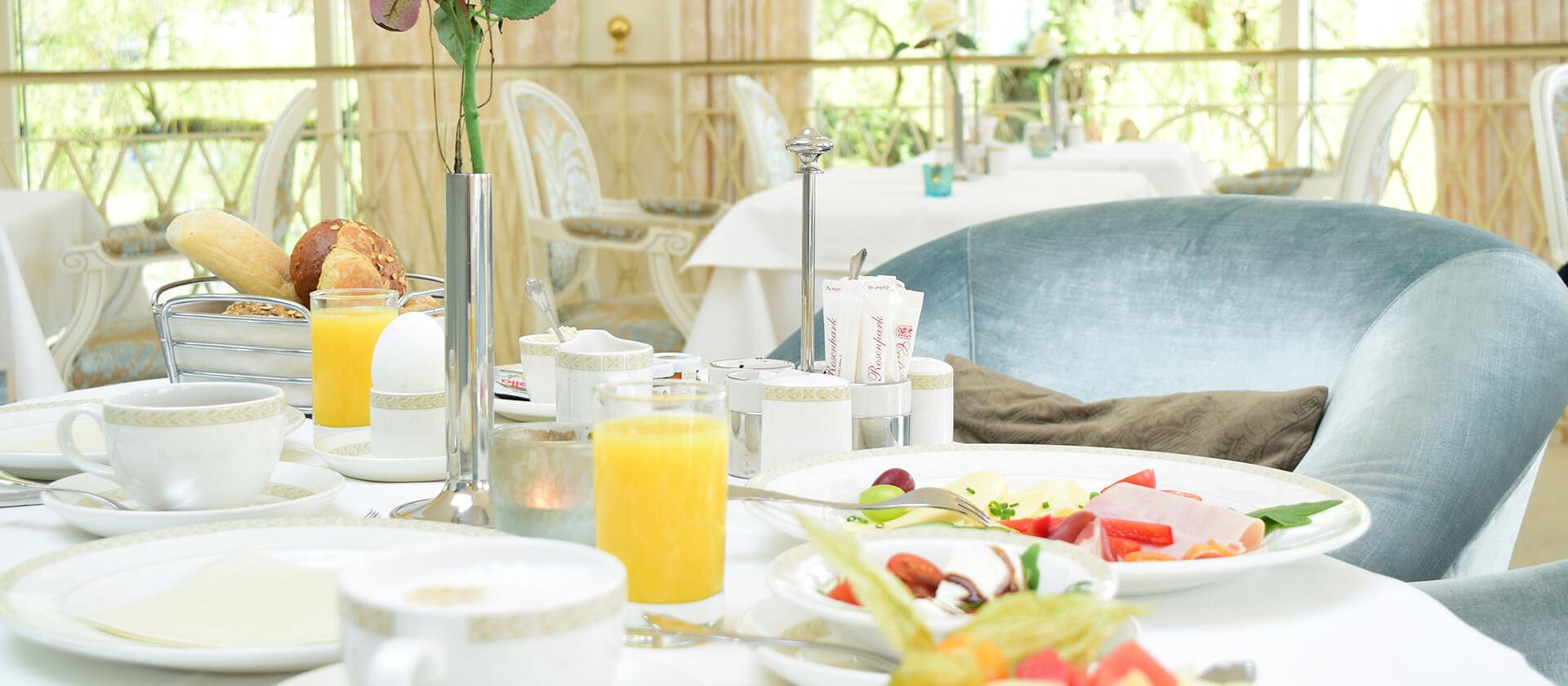 Gedeckter Frühstückstisch im Café Rosenpark