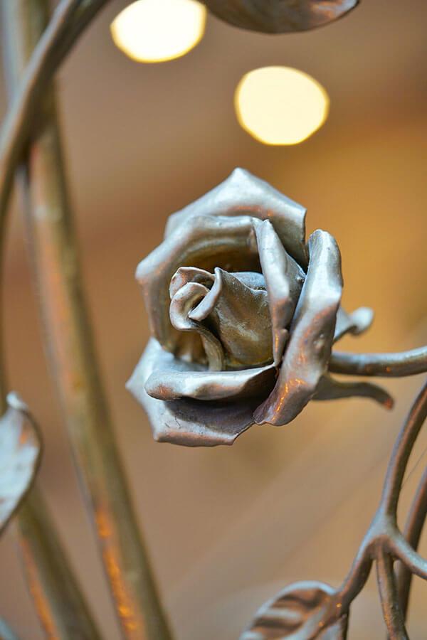 Bronziertes Rosengeländer im Hotel VILA VITA Rosenpark