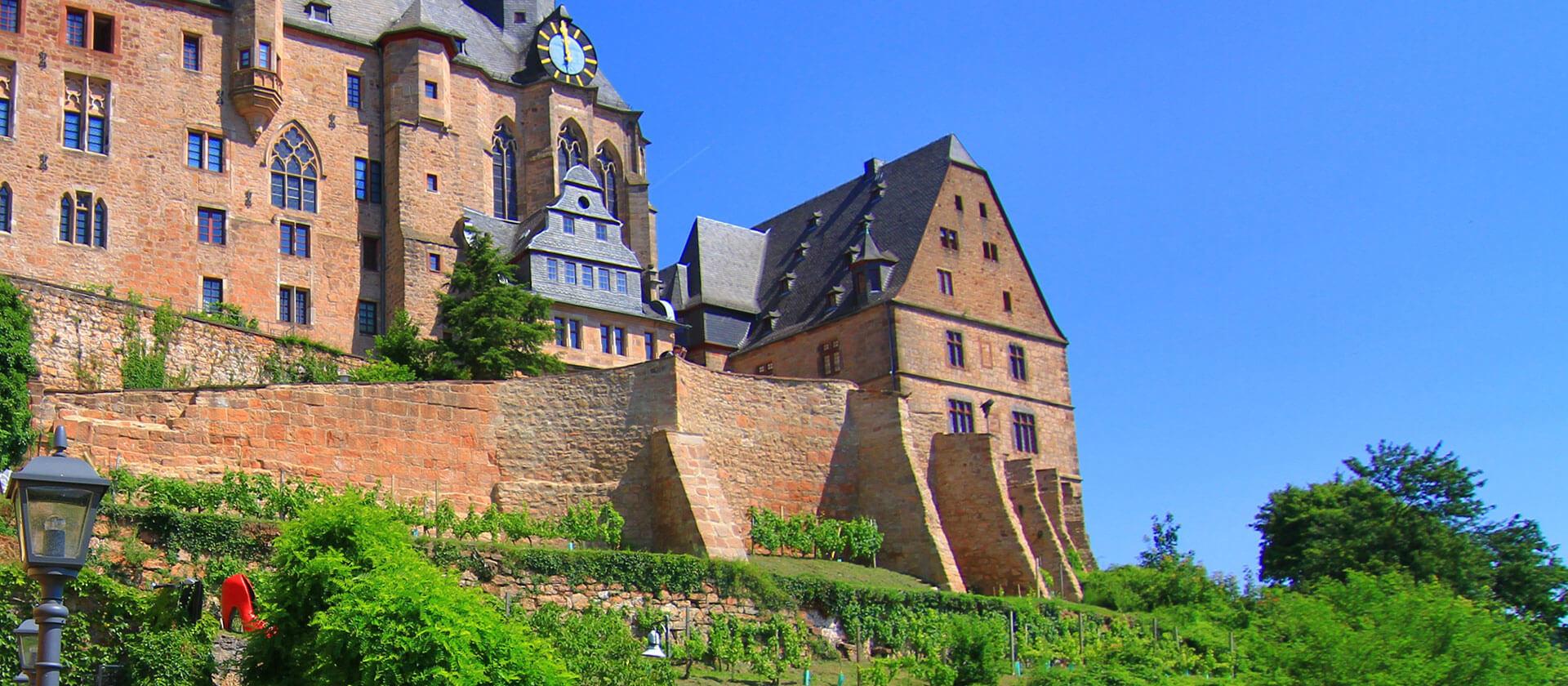 Der Grimm-Dich-Pfad in Marburg: Aschenputtels Schuh am Landgrafenschloss