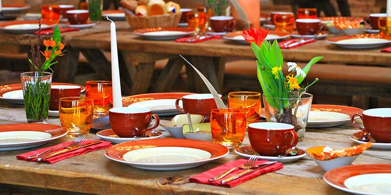 Eingedeckte Tische für den Brunch auf dem Hofgut Dagobertshausen