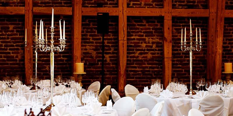 Festlich eingedeckte Tische auf dem Hofgut Dagobertshausen