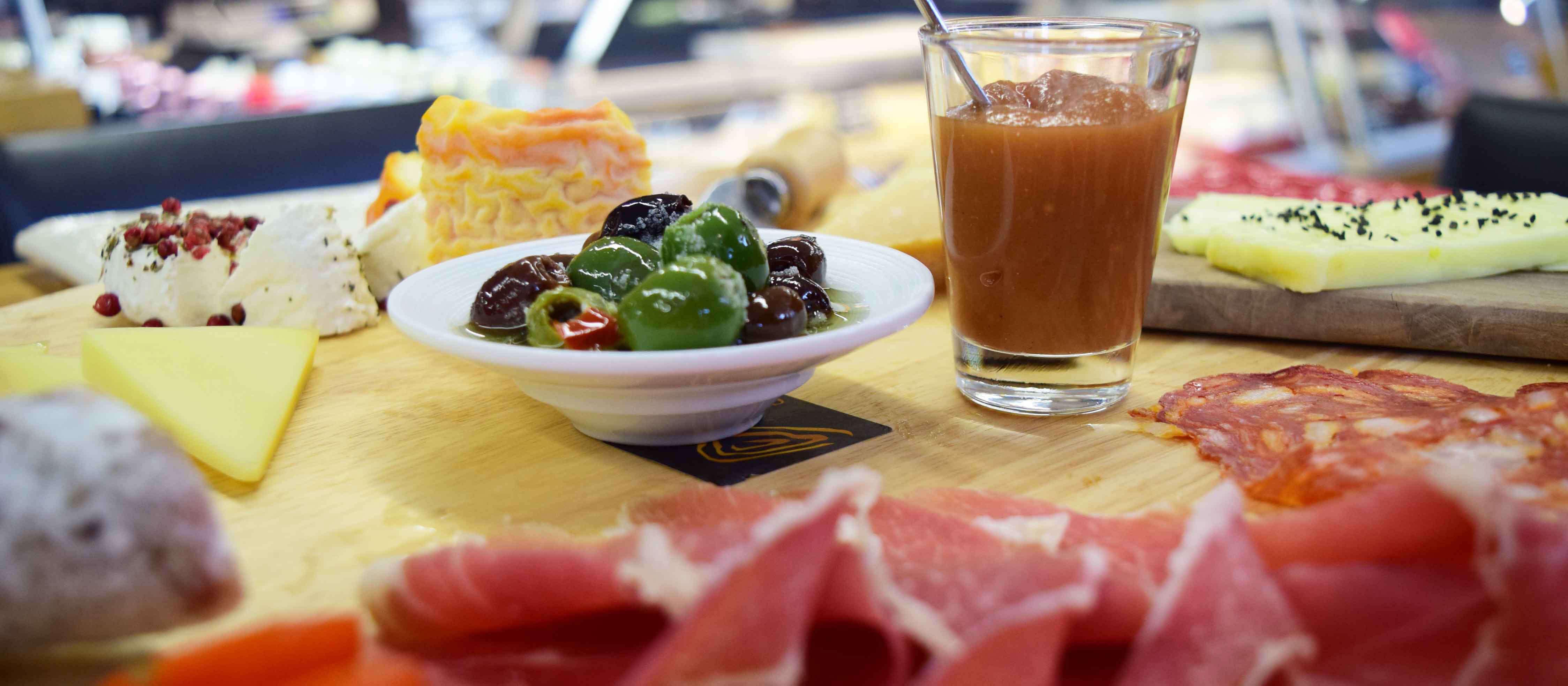 Köstliche Schlemmerplatte mit Schinken-, Wurst- und Käsespezialitäten im Marburger Feinkostladen VITA essentials