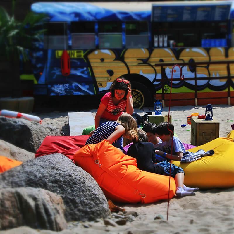 Kinder spielen am Aroma Lahn Beach